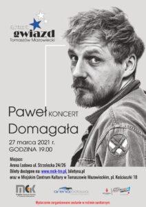 Plakat przedstawia mężczyznę - aktora Pawła Domagałę, zapowiada jego koncert w Tomaszowie Mazowieckim