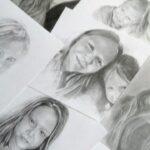 Kartki papieru z portretami młodych osób