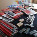 Materiały plastyczne rozłożone na stole