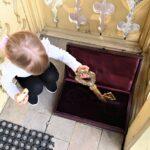 Mała dziewczyna wyciąga z pudełka duży złoty klucz