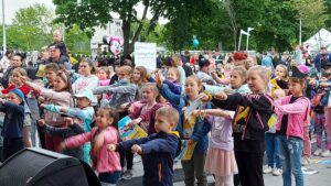 Tłum dzieci przed sceną. Tańczą.