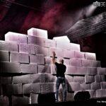 Mur zbudowany z kartonowych pudeł