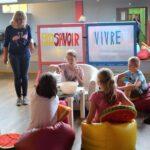 Dzieci uczące się zasad savoir-vivre'u