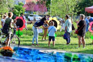 Park. Kobieta rozmawia z dzieckim przez mikrofon. Wydarzenia artystyczne